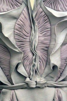 Mode. Yiqing Yin. Vendredi vulve. #couture #art http://www.yiqingyin.com/fr/