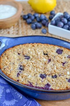 Start your morning with a dish of this delicious Blueberry and Lemon Baked Oats. It is just 1 HEb and syns per serving and is a perfect Slimming World friendly breakfast. Baked Oats Slimming World, Slimming World Overnight Oats, Slimming World Recipes, Weightwatchers Recipes, Blueberry, Oatmeal, Lemon, Healthy Eating, Dishes