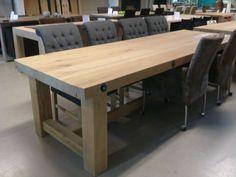 Robuuste tafel met spindels in het blad | Te Boveldt Meubelmakerij & Interieurbouw