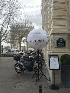 Un ballon lumineux restaurant Victoria sur les Champs Élysées