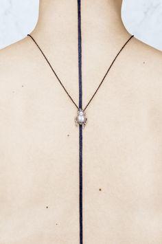 Käfer-Kette als Statement-Schmuck! Harpers Bazaar, Fairytale, Arrow Necklace, Watches, Jewelry, Necklaces, Schmuck, Fairy Tail, Fairytail