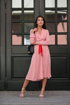 Платье в полоску с красным поясом
