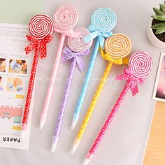 Stationery Pens, School Stationery, Felt Crafts, Diy And Crafts, Crafts For Kids, Pen Toppers, Pencil Crafts, Kawaii Pens, Feather Crafts