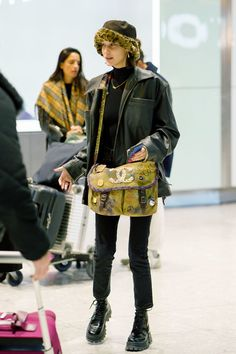 Chic: Bella Hadid went make-up free as she arrived at Heathrow airport on Wednesday carryi. Celebrity Airport Style, Celebrity Style Casual, Celebrity Style Inspiration, Style Bella Hadid, Bella Hadid Outfits, Mode Outfits, Fashion Outfits, Fashion Trends, Airport Outfits