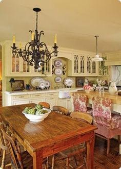 French Country Kitchen design ideas and decor. I think it should be a bar and not a table right behind it, makes it look small and cluttered French Country Interiors, English Country Kitchens, Country Kitchen Designs, French Country House, French Cottage, Small French Country Kitchen, French Kitchens, European Kitchens, Cottage Style
