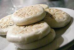 tigelle-di-modena500 g di farina 00 200 g di latte circa 1 cucchiaino di sale 1 cucchiaino di zucchero 1 cubetto di lievito di birra 60 g di strutto Procedimento Metti nel boccale latte, lievito e zucchero e amalgama 20 sec. vel.6 Aggiungi sale, strutto e farina e aziona 1 min. vel. spiga Metti l'impasto ottenuto all'interno di una ciotola e lascia lievitare fino a quando raddoppia di volume (mettilo possibilmente in una zona calda della casa oppure dentro al forno con luce acces