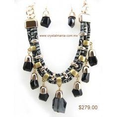 Set de collar y aretes en base dorada con detalles en color negro estilo 30267