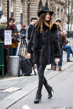 Los abrigos de pelo siempre son una opción perfecta. ¿Te gusta? ¡A nosotros nos encanta!  #abrigo #piel #look #streetstyle #perfecto