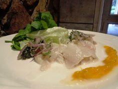 Tiradito de Tilapia al estilo Peruano | Plato de entrada Tilapia marinada en limas con cebollas moradas y aroma de cilantro con crema de mangos. #MenúEjecutivo