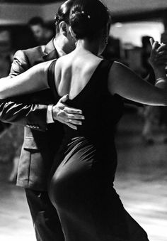 Спинку держи ровнее ... Shall We ダンス, Shall We Dance, Just Dance, Dance Photos, Dance Pictures, Tango Art, Tango Dancers, Dance Movement, Argentine Tango