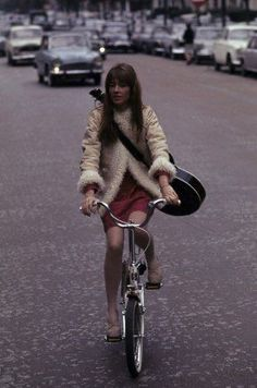 Françoise Hardy at the Seine's Edge 1960s Fashion, New Fashion, Winter Fashion, Vintage Fashion, Fashion Trends, Fashion Ideas, Classy Fashion, Fashion 2020, Françoise Hardy