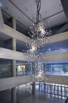 김주현 Kim Joohyun_LED전구들로 이루어진, 우주를 연상케하는 나선형 구조물