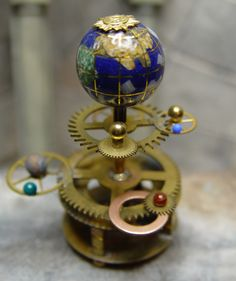 Prev Pinner : Li'l orrery- more gears : ) plus I like the moons around the planets. Steampunk, Map Globe, World Globes, We Are The World, Solar System, Dollhouse Miniatures, Creations, Gadgets, Celestial