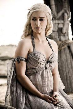 Emilia Clarke as Khaleesi Daenerys Targaryen in Game of Thrones Daenerys Targaryen Cosplay, Daenerys Targaryen Costume Halloween, Game Of Thrones Khaleesi, Arte Game Of Thrones, Emilia Clarke Daenerys Targaryen, Game Of Throne Daenerys, Daenarys Targaryen, Khal Drogo, Acteurs Game Of Throne