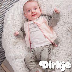 Wij houden van glimlachen al helemaal van deze. Mooie outfits voor jouw kindje vind je in de zomercollectie 2017 van Dirkje Babywear. ♥ #dirkje #babykleding #zomercollectie #dirkjebabywear #roze #grijs #glimlach
