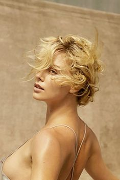 tousled, multi-colored blonde hair on Charlize Theron Charlize Theron, Hollywood Actresses, Actors & Actresses, Beautiful Celebrities, Beautiful Women, Mighty Joe, Actrices Sexy, Atomic Blonde, Best Actress