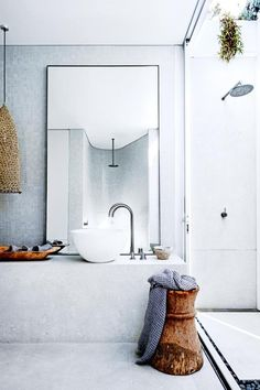 Would you like your bathroom to look a bit more spacious? With these practical tips for the small bathroom, this is very quick and easy. Beach Bathrooms, Yellow Bathrooms, Small Bathroom, Master Bathroom, Bathroom Interior Design, Interior Design Living Room, Interior Paint, Interior Decorating, Bungalow