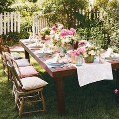 gezellig gedekte tafel in de tuin