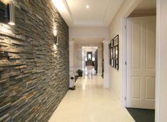 Mirando hacia abajo el hall de entrada de un nuevo hogar contemporáneo con característica de la pared de piedra azul. Foto de archivo - 1092...