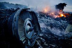 Smoldering detritos da Malásia Airlines Flight MH17 em um campo da Ucrânia em 17 de Julho