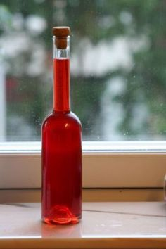 Il liquore di fragole può essere un buon accompagnamento ai vostri pasti. Servitelo durante il dessert. Il suo ingrediente base delizierà i vostri ospiti.