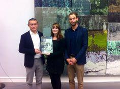 Li Songsong mit Projektmanagerin Katrin Meder und Kurator Hendrik Bündge bei der Ausstellungseröffnung.