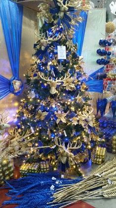 65 Blue Christmas Tree Ideas to give your holiday adorned home a tranquil vibe wrapped in matchlessness > Detectview Blue Christmas Tree Decorations, Peacock Christmas Tree, Mesh Christmas Tree, Turquoise Christmas, Beautiful Christmas Trees, Christmas Collage, Xmas Tree, Christmas Tree Inspiration, Childhood