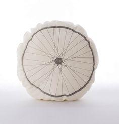 Poduszka koło rowerowe – kolor kremowy dla niewidomych (z tyłu znajduje się  napis alfabetem Braille'a zrobiony specjalną puchnącą farbą). Wymiary: śr. ok 39cm. Ręcznie wykonane. Materiał: 100% bawełna.