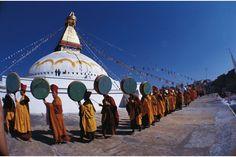 Des moines tibétains marchent en procession autour du grand stoûpa de Jaroung Kashor. Bodhnath, Népal, 1977.