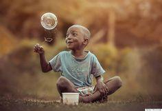 Contagiante! Série fotográfica mostra alegria e pureza de crianças brincando | Virgula
