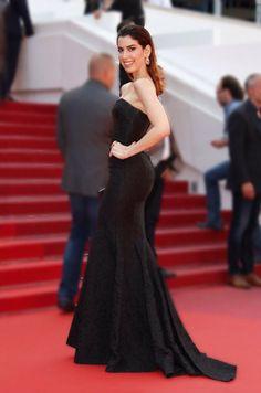 Camila Coutinho de vestido longo preto no red carpet de Cannes.