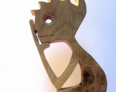 sentado en un trozo de madera para pensar en cosas