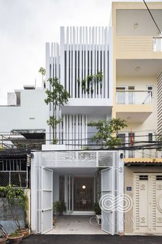 The building facade is simple and cool in a narrow house - DECORSITES Narrow House Designs, Small House Design, Modern House Design, Futuristisches Design, Facade Design, Exterior Design, Halls, Compact House, Building Facade