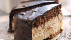Juicy banana cake-Saftige Bananentorte We are certain that you will bake this treat more often in the future! Because one bite is enough to fall into love with our banana cake with crunchy chocolate, sweet fruit and a creamy filling. Food Cakes, Chocolate Recipes, Chocolate Cake, Chocolate Sponge, Cookie Recipes, Dessert Recipes, New Cake, Chocolates, Cupcake