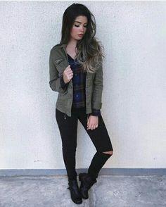 Coturno preto, calça preta e jaqueta verde militar