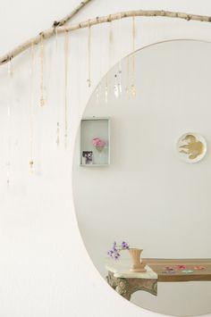Le lieu que je vous emmène découvrir aujourd'hui n'est pas une maison mais une petite boutique de créatrices située à Hambourg. Le magasin de bijoux de la styliste Lily Sielaff et de la designer de bijoux Coco Turtureanu est une petite pépite de féérie et de fraicheur, de petits trésors...