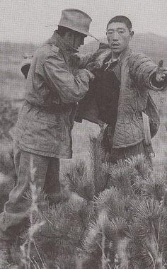 朝鲜战争- 战俘被搜身 Korean War Rainy Morning, Prisoners Of War, Korean War, North Korea, Africa, China, History, Photos, Historia