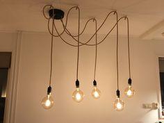 Zelf gemaakte lampen, ideaal omdat ze ook verspreid kunnen worden opgehangen bij een grote tafel. Drop Ceiling Lighting, Ceiling Lights, Dropped Ceiling, Decoration, Lightning, Bathroom Lighting, Chandelier, Interior Design, Creative