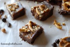 A quick easy fudge recipe that is made with creamy Nutella, melted caramel and crushed up pretzels. The perfect salty sweet combination!