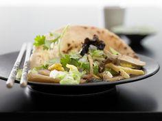 Gebratener Tofu - mit Kohl und Pilzen in Pfannkuchen serviert - smarter - Kalorien: 579 Kcal - Zeit: 1 Std. 10 Min. | eatsmarter.de Auch Tofu schmeckt im Pfannkuchen.