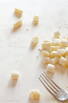 GNOCCHI DI PATATE – RICETTA CON FOTO PASSO A PASSO – Ricetta tradizionale con foto passo a passo dei gnocchi di patate fatti a mano e le tecniche di cottura perchè rimangano perfetti. gnocchi, ricetta, recipes, food, cooking, pasta fresca, pasta fatta in casa, ricette dei gnocchi, gnocchi di patate, ricetta facile, ricetta veloce, gnocchi veloci, patate lessate, ricette con le patate, vegan food, ricette vegane, primi piatti facili, primi piatti vegani,