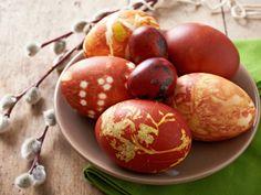 Mit Zwiebelschalen zaubern wie einst Uroma | Ostereier färben mit Zwiebelschalen und den ersten grünen Blättchen? Das geht ganz einfach und zaubert aus weißen Eiern kleine Kunstwerke - ganz ohne Chemie!