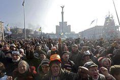Una multitud de manifestantes antigubernamentales asiste a otra jornada de protestas en la Plaza de la Independencia