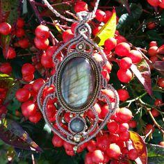 """Un joli pendentif en labradorite sertie de laiton #elyss_craft #macrame #handmade #creatricedebijoux #creatriceallittlemarket #macramejewelry #gemstone…"""