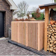 Nieuw kliko ombouw model maar nu uitgevoerd met Douglas hout met een zwart behandeld binnenframe.   Dit model is voor 3 kliko's van 240 liter. De klep is uit 1 stuk en neemt de kliko deksel mee bij het openen. De klep zelf is voorzien van gasdrukveren voor een eenvoudige bediening.  Vraag naar een offerte op onze webshop Backyard Sheds, Backyard Landscaping, Diy Storage Shed, Storage Bins, Hide Trash Cans, Bin Shed, Garden Landscape Design, Outdoor Living, Outdoor Decor