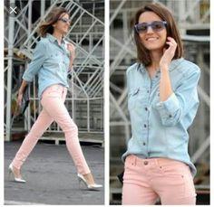 Rosa Quartzo, camisa jeans e tênis (sapato) prata