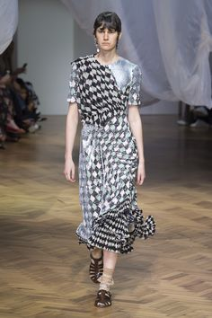 Preen by Thornton Bregazzi Spring 2019 Ready-to-Wear Fashion Show Collection: See the complete Preen by Thornton Bregazzi Spring 2019 Ready-to-Wear collection. Look 20 Summer Fashion Trends, Spring Summer Fashion, Fashion Show Collection, Catwalk, Thornton Bregazzi, Ready To Wear, Women Wear, Vogue, Short Sleeve Dresses