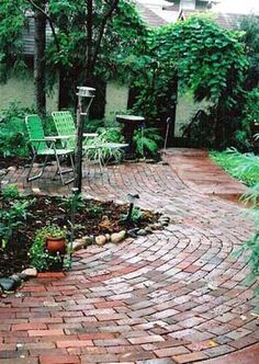 A brick patio design can be made up of interesting patterns and colors. Don't confuse brick pavers with concrete pavers. Curved Patio, Brick Paver Patio, Brick Paving, Brick Path, Brick Road, Flagstone, Small Patio Design, Backyard Patio Designs, Patio Ideas