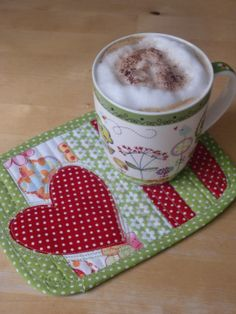 Would you like a coffee break? Make Mug Rugs yourself - Sewing - Needlework - Magazine . Would you like a coffee break? Make Mug Rugs yourself – Sewing – Needlework – Magazine – TO Table Runner And Placemats, Quilted Table Runners, Small Quilts, Mini Quilts, Mug Rug Patterns, Quilt Patterns, Diy Craft Projects, Fabric Crafts, Sewing Crafts