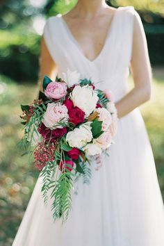We area littleobsessed withflowershere at The Wedding Playbook! Somany beautiful wedding bouquets have landed on our desk this year, we couldn't help but put together aroundup of the most stunningarrangements, featuring romantichues,modern textures and subtle detail.